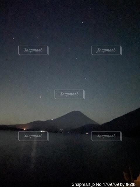 夜の富士山と星の写真・画像素材[4769769]