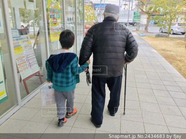 曾祖父と曾孫の買い物の写真・画像素材[2434683]