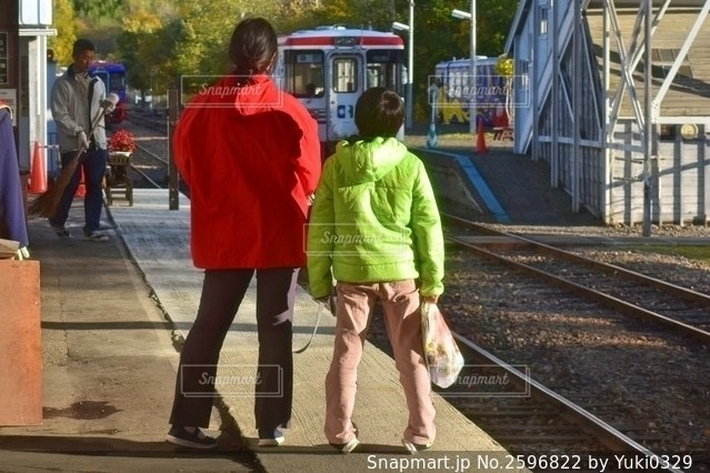 走り去る列車を見送る親子の写真・画像素材[2596822]