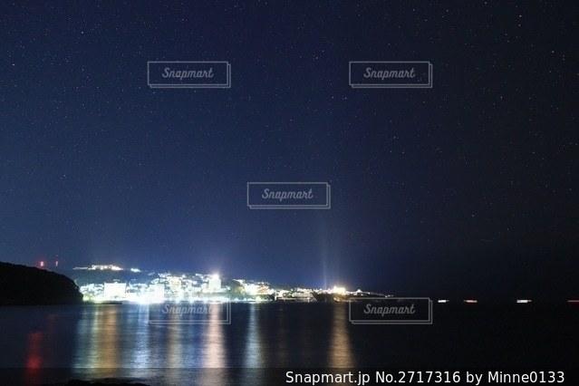 夜の海と街の写真・画像素材[2717316]