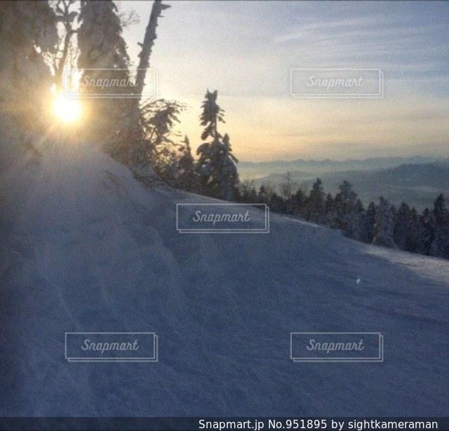 夕焼けのスキー場の写真・画像素材[951895]