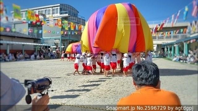 幼稚園の運動会パラバルーンの写真・画像素材[2596729]
