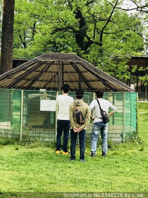 家の前に立つ人々のグループの写真・画像素材[2548226]
