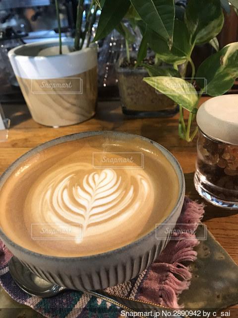 テーブルの上のコーヒー1杯の写真・画像素材[2890942]