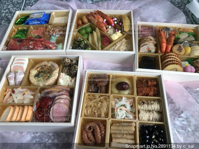 異なる種類の食べ物で満たされた箱の写真・画像素材[2891134]