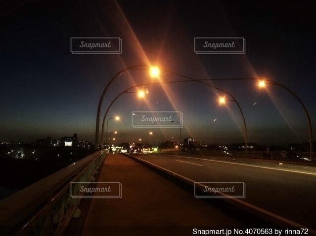 街路灯のある歩道と車道がある街並みの夜景の写真 画像素材 Snapmart スナップマート
