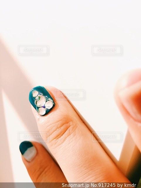 携帯電話を持つ手の写真・画像素材[917245]