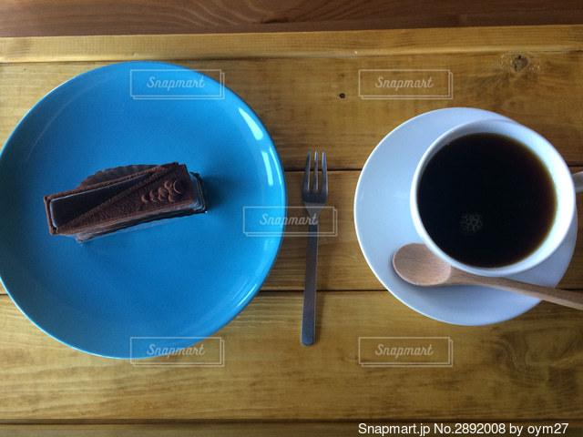 青い皿のケーキとコーヒーの写真・画像素材[2892008]