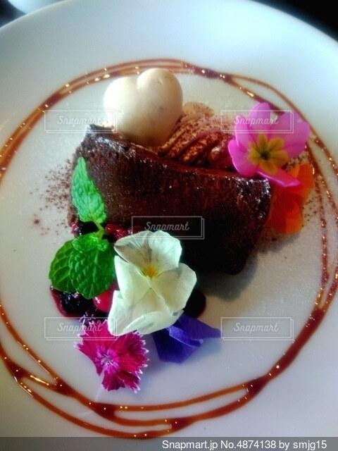 皿の上にケーキとアイスクリームを1個入れの写真・画像素材[4874138]