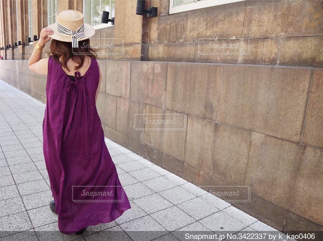 神戸の居留地を散歩してる女性の写真・画像素材[3422337]