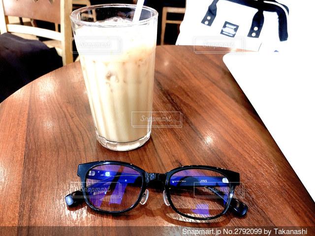 アイスミルクティーと眼鏡の写真・画像素材[2792099]
