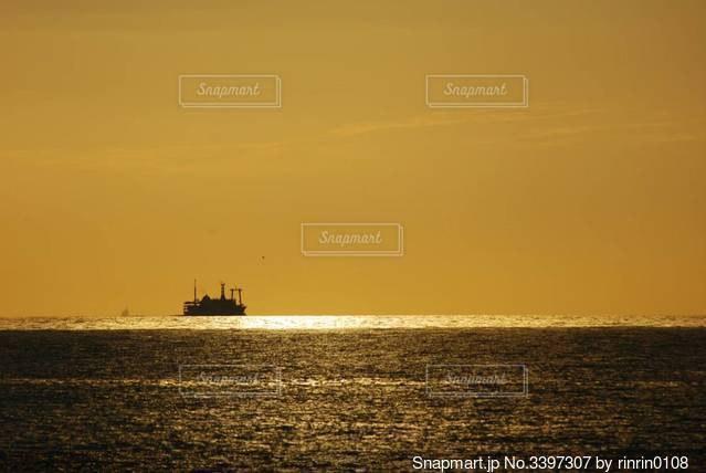 夕景と船の写真・画像素材[3397307]