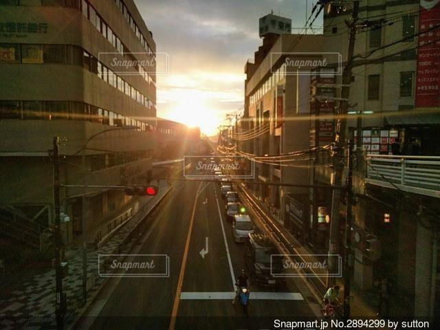 沈みゆく太陽が照らす街並みの写真・画像素材[2894299]