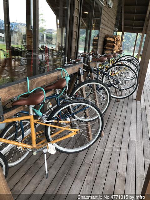 建物の脇に駐車している自転車の写真・画像素材[4771315]