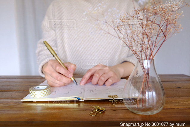 書く女性の写真・画像素材[3001077]