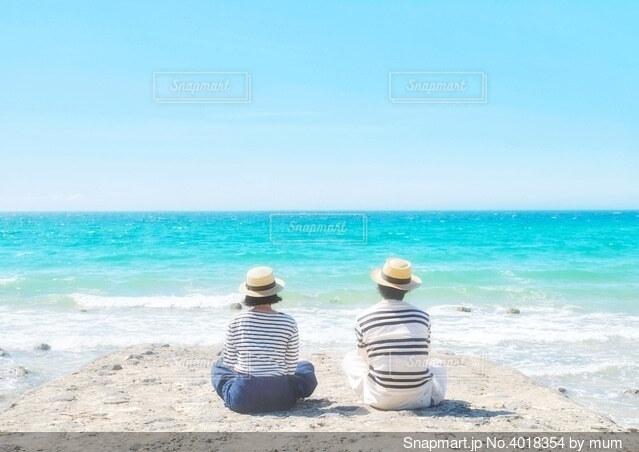 二人と空と海の写真・画像素材[4018354]