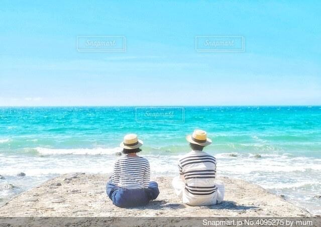 綺麗な海を眺めるふたりの写真・画像素材[4095275]