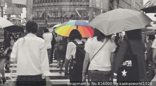 傘を持って雨の中歩く人々 のグループの写真・画像素材[816000]
