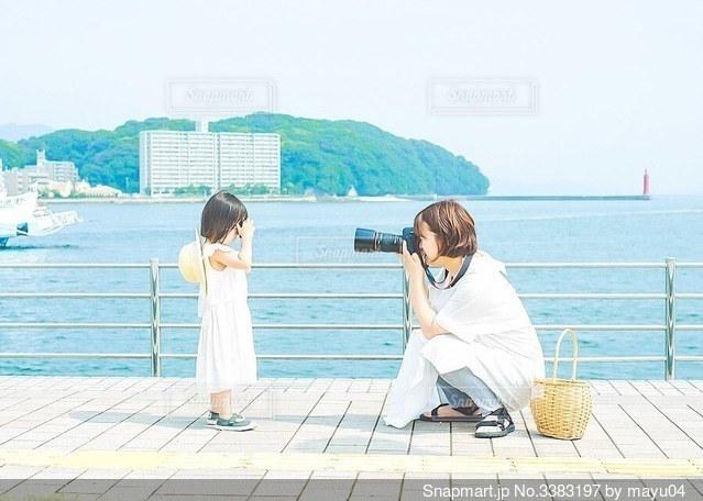 海を見下親子お揃いの写真・画像素材[3383197]