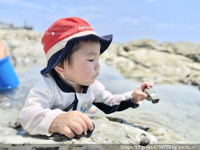 浜遊びする男の子の写真・画像素材[4769775]
