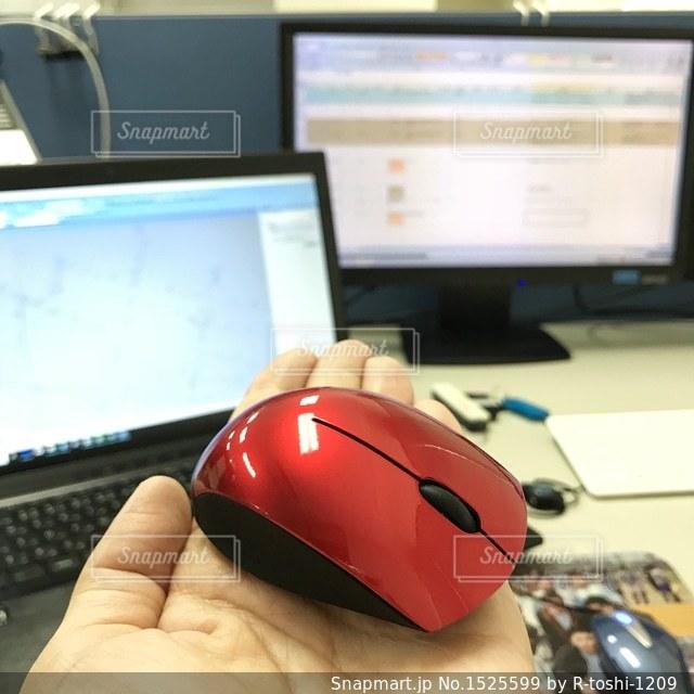 パソコン操作はこの小さなマウスでの写真・画像素材[1525599]