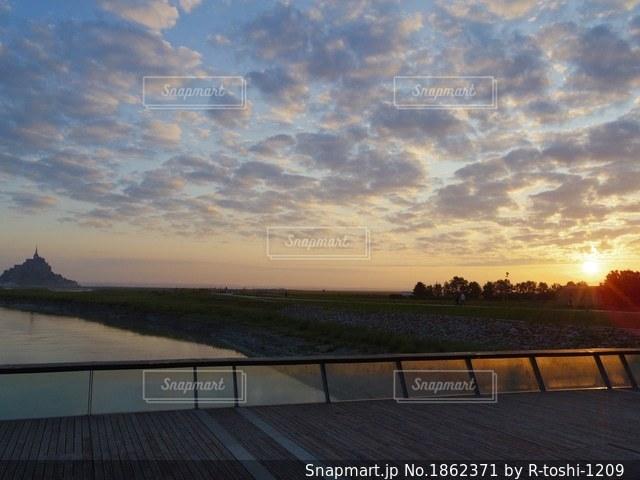 フランス モンサンミッシェルの朝焼けの空の写真・画像素材[1862371]