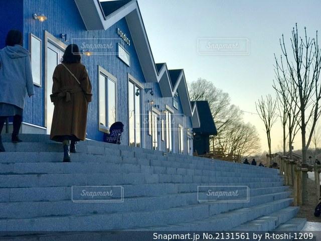 夕暮れ時の青色世界をお散歩の写真・画像素材[2131561]
