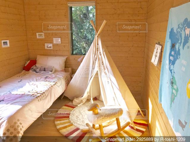 子供部屋の中にテントをたてるの写真・画像素材[2925889]