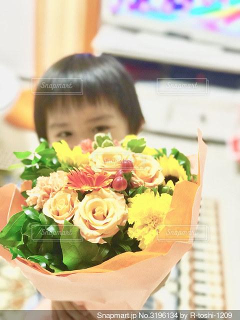 子から母へ、感謝の花束の写真・画像素材[3196134]