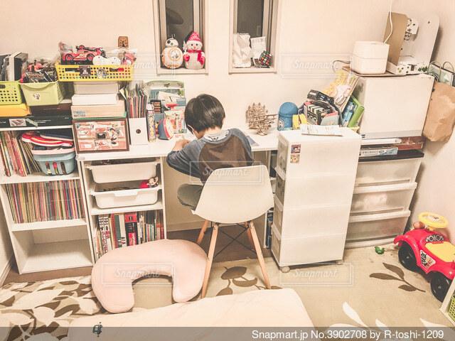 子供部屋に作った机がおもちゃで埋まってしまいましたの写真・画像素材[3902708]