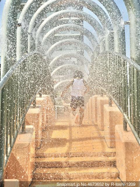 暑い夏は頭から水を被りたくなりますね。シャワーのトンネルが気持ちよさそう!の写真・画像素材[4673652]