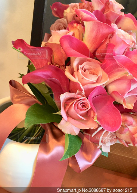 バラとカラーの花束の写真・画像素材[3088687]