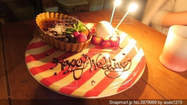 木製のテーブルの上に座っているケーキの写真・画像素材[3979989]