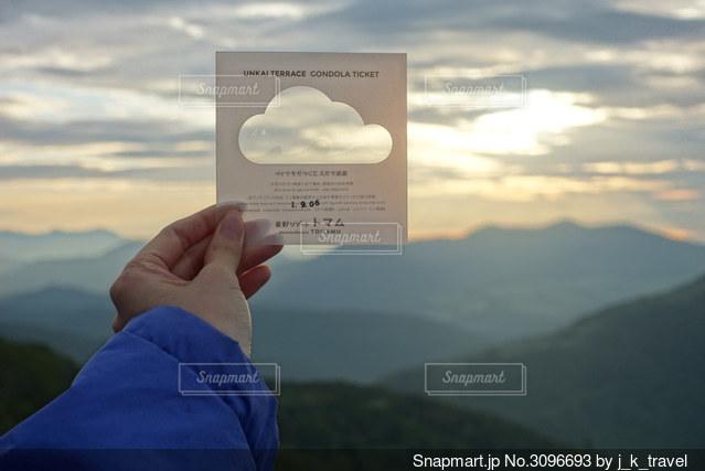 チケットを朝日にかざしての写真・画像素材[3096693]