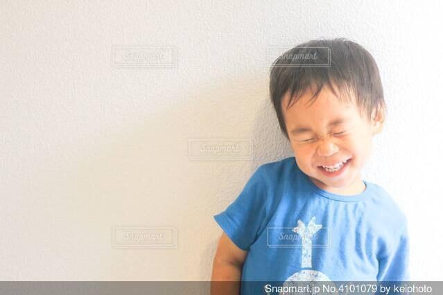 青いシャツを着た少年の写真・画像素材[4101079]