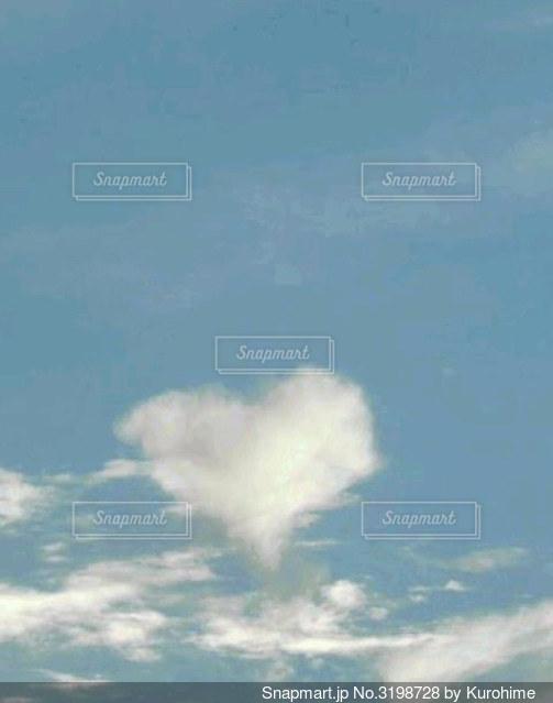 大きな雲見つけた小さな幸せの写真・画像素材[3198728]