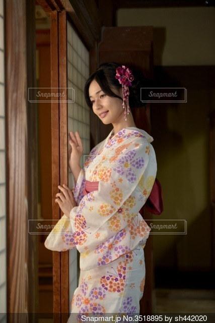 和室の廊下で佇む美しい浴衣女性の写真・画像素材[3518895]