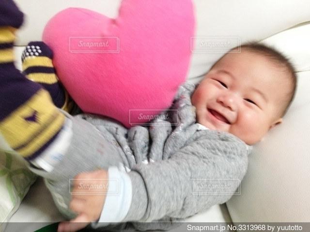 ハートのクッションと赤ちゃんの写真・画像素材[3313968]