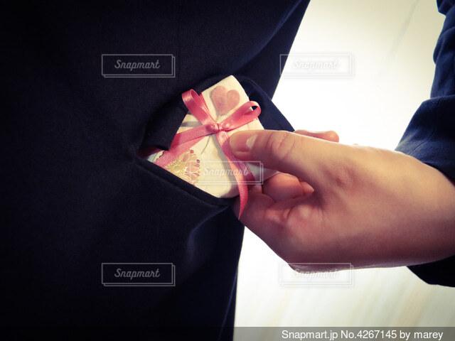 ポケットの中の贈り物の写真・画像素材[4267145]