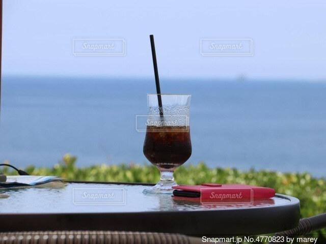 テーブルの上のアイスコーヒーの写真・画像素材[4770823]