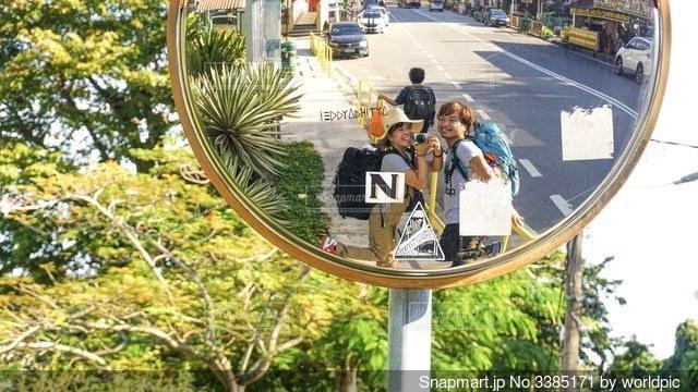 鏡の前にカメラのポーズをとっているカップルの写真・画像素材[3385171]