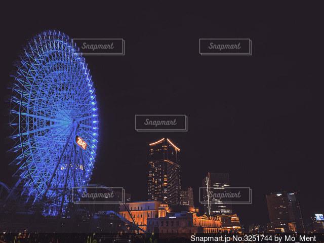 夜を彩る都会の光の写真・画像素材[3251744]