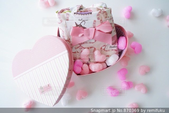 ピンクのハートいっぱいの贈り物の写真・画像素材[870369]
