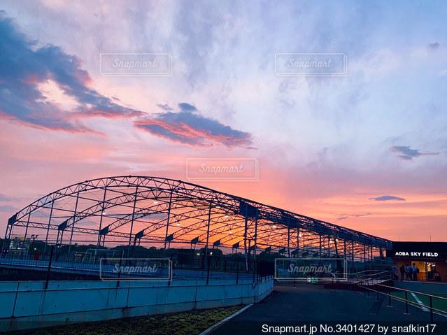 夕焼けのサッカー場の写真・画像素材[3401427]