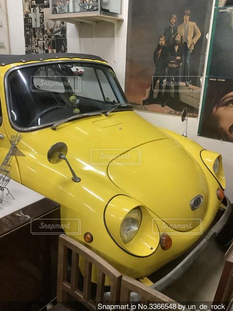 黄色のレトロカーの写真・画像素材[3366548]