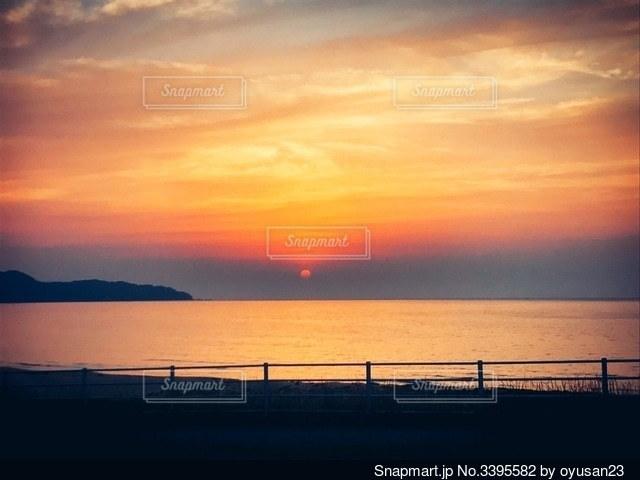 水の体に沈む夕日の写真・画像素材[3395582]