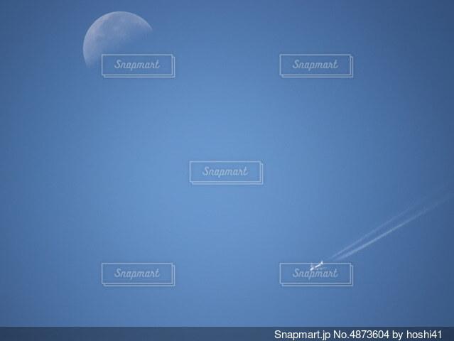 月と飛行機の写真・画像素材[4873604]