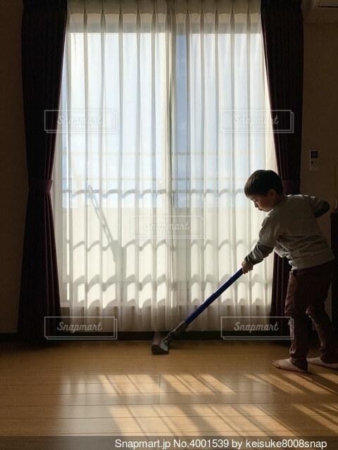 掃除機をかける少年の写真・画像素材[4001539]
