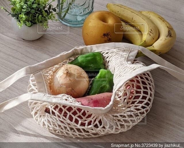 エコバッグに入った野菜と果物の写真・画像素材[3723439]