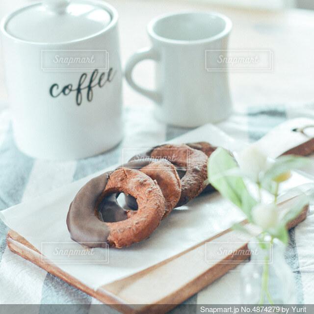 ドーナツでコーヒーブレークの写真・画像素材[4874279]